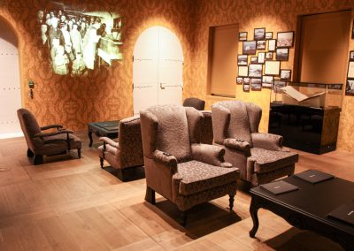 Bruine stoelen voor museum