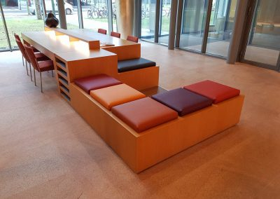 Kussens en stoelen in kamer